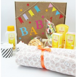Ecological gift for babies with Weleda creams and two cupcakes (made with a costume, a t-shirt and diapers) | For Baby-boy